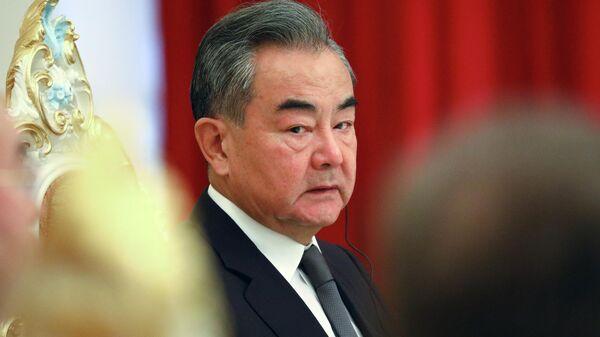 Министр иностранных дел КНР Ван И во время встречи министров иностранных дел стран-членов ШОС с президентом Таджикистана Эмомали Рахмоном в Душанбе