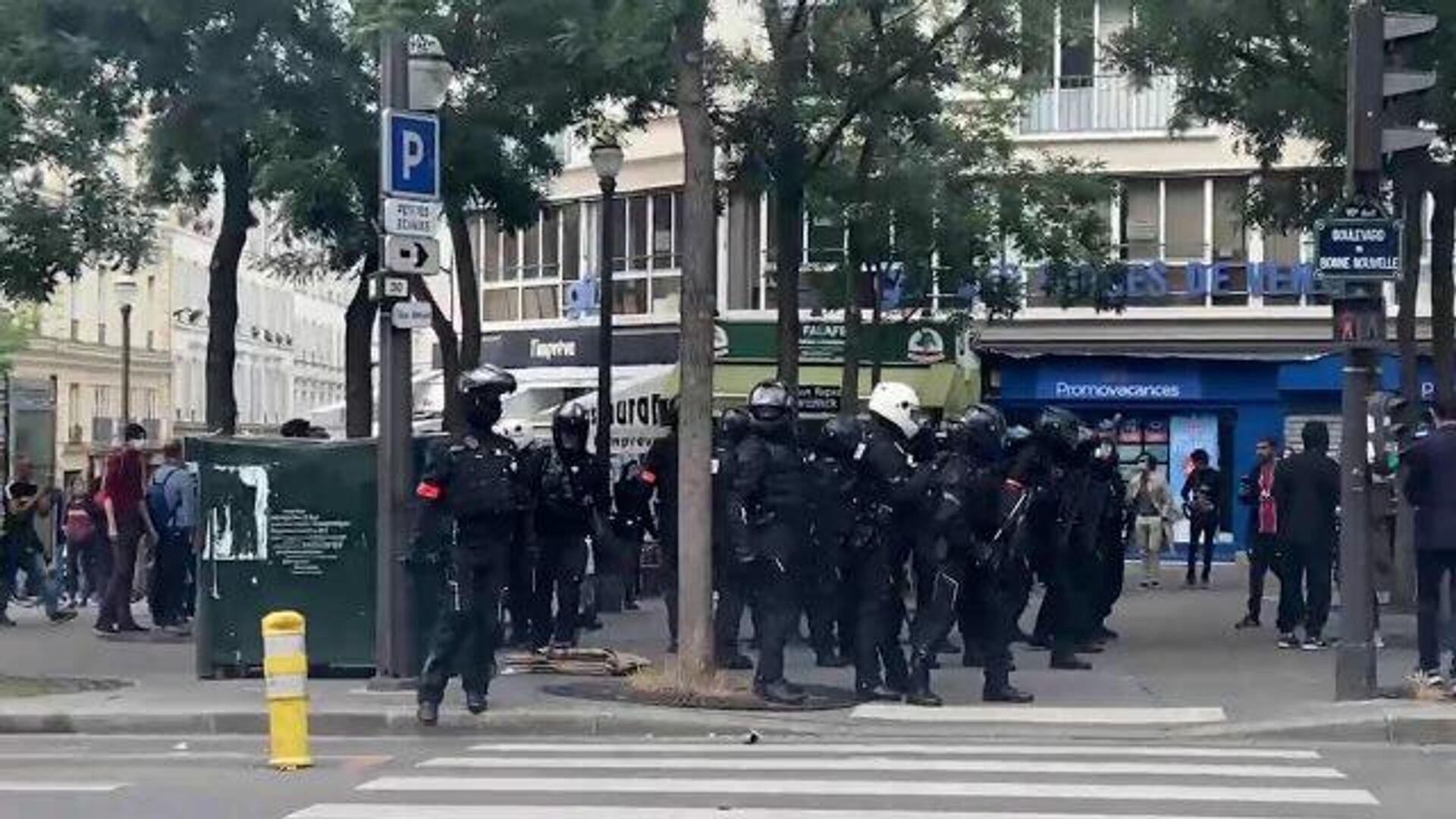 Полиция в Париже применила слезоточивый газ для разгона несогласованной акции - РИА Новости, 1920, 14.07.2021