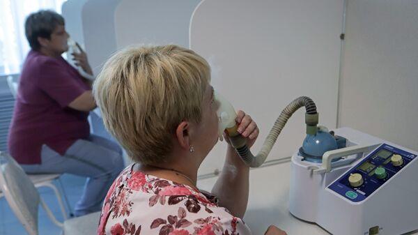 Женщины проходят ингаляции кислородом в рамках программы реабилитации после Covid-19 в санатории имени Кирова в Пятигорске