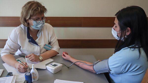 Девушка на приеме у терапевта в рамках программы реабилитации после Covid-19 в санатории Пятигорский нарзан в Пятигорске