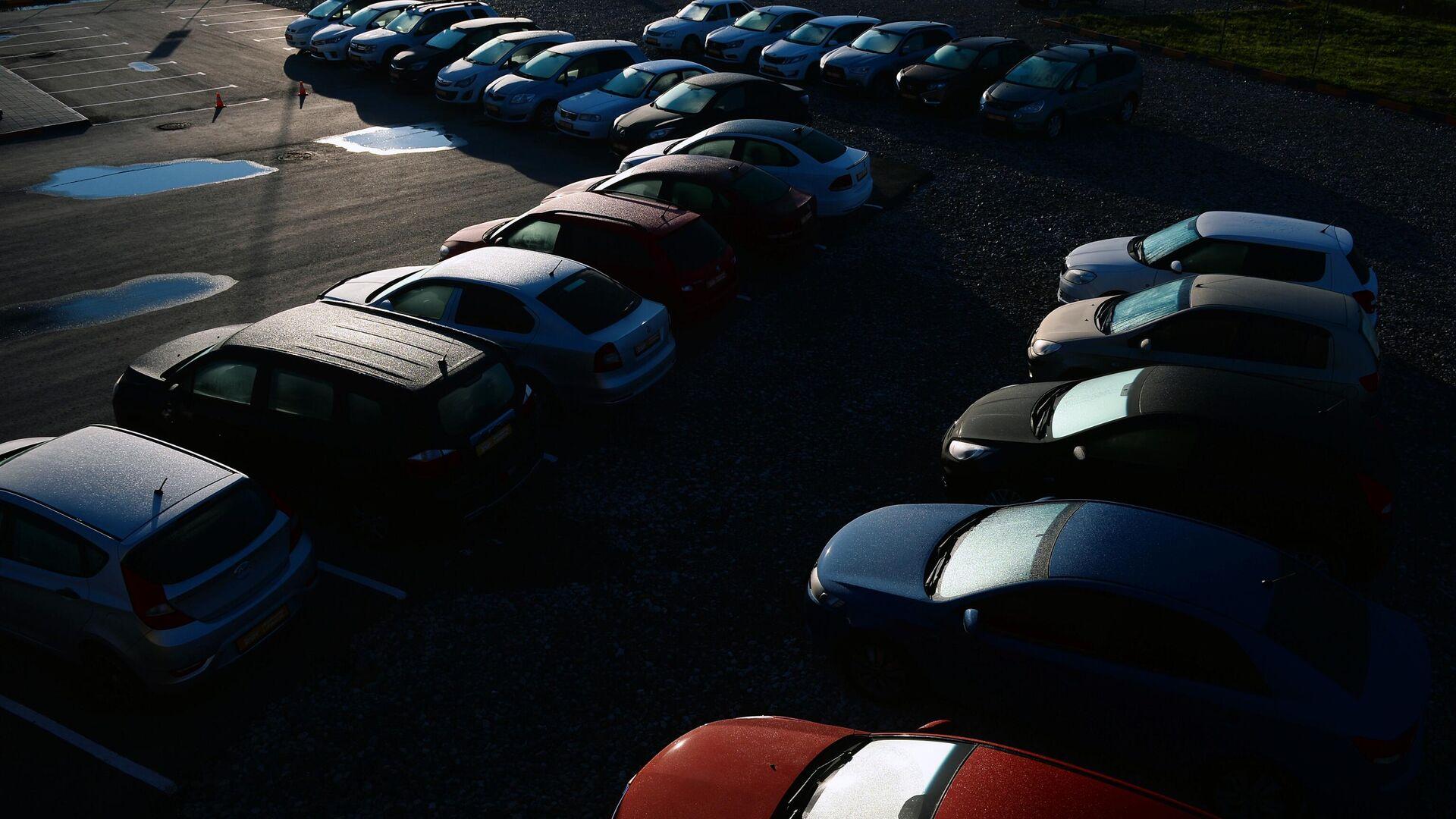 Машины на парковке салона по продаже автомобилей с пробегом - РИА Новости, 1920, 29.09.2021