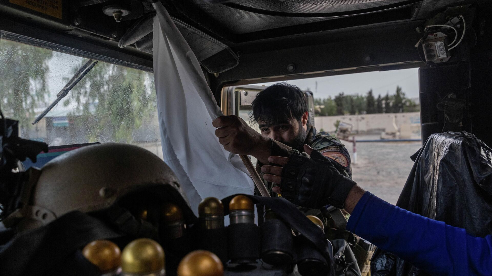 Сотрудник афганского спецназа конфискует флаг талибов* - РИА Новости, 1920, 02.08.2021