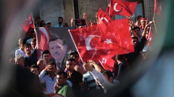 Протест против военного переворота у здания парламента Турции