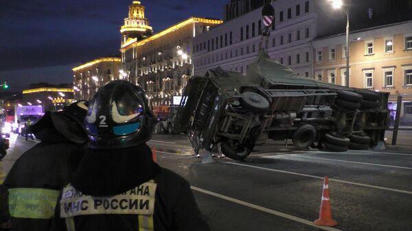 Работа оперативных служб по ликвидация крупного ДТП на Малой Сухаревской площади