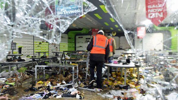 Сотрудники охраны во время беспорядков в одном из торговых центров Йоханнесбурга