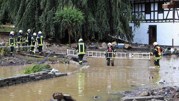 Пожарные работают в зоне, пострадавшей от наводнения после проливных дождей в Шульде, Германия