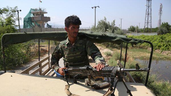 Военнослужащий правительственных войск Афганистана на посту возле авиабазы Баграм
