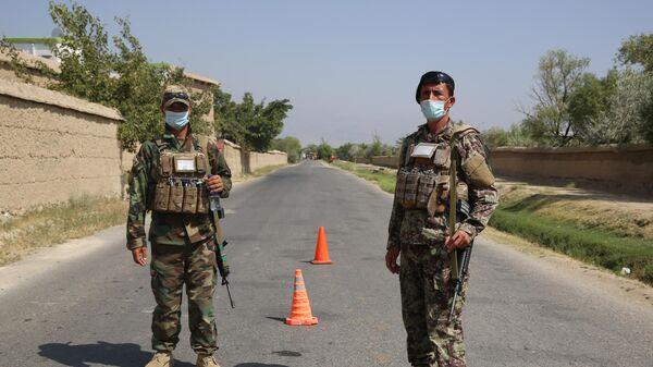 Военнослужащие правительственных войск Афганистана на посту возле авиабазы Баграм