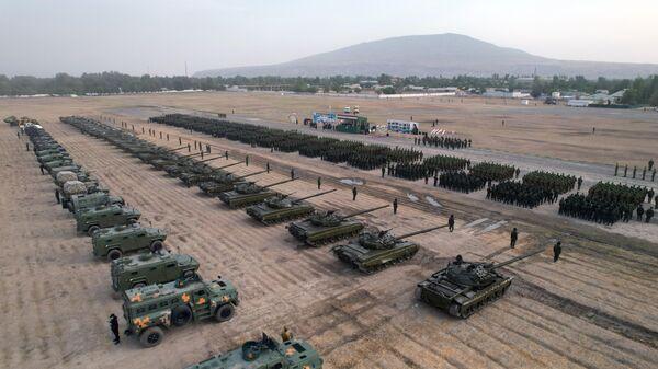 Военнослужащие Таджикистана участвуют в параде на границе с Афганистаном