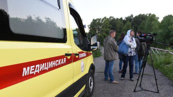 Журналисты и сотрудники скорой помощи ждут прибытия пассажиров, эвакуированных с места жесткой посадки самолета Ан-28 Сибирской легкой авиации в Томской области