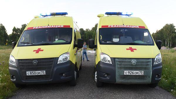 Машины скорой помощи на месте, куда должны привезти пассажиров, эвакуированных вертолетом с места жесткой посадки самолета Ан-28 Сибирской легкой авиации в Томской области