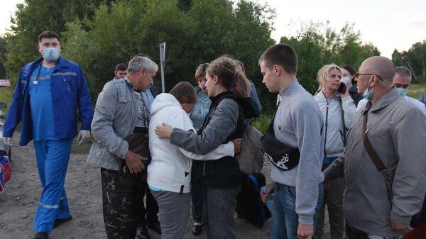 Встреча пассажиров, эвакуированных с места жесткой посадки самолета Ан-28 Сибирской легкой авиации в Томской области