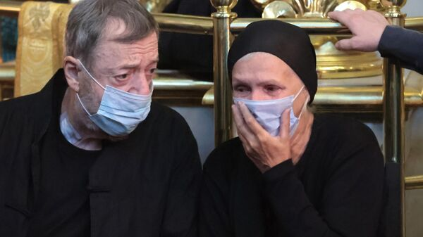 Режиссер Павел Лунгин и вдова актера и музыканта Петра Мамонова на церемонии прощания