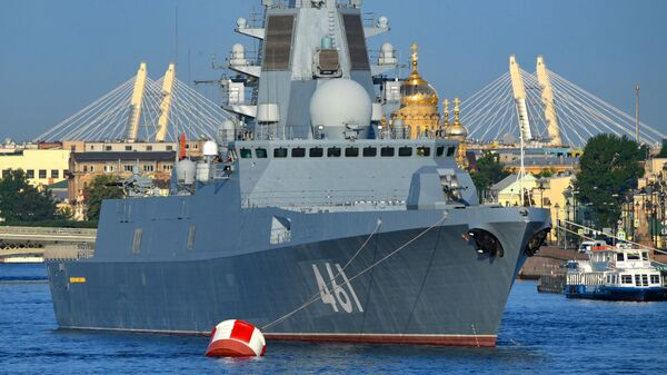Российский многоцелевой фрегат с управляемым ракетным вооружением дальней морской и океанской зоны проекта 22350 Адмирал флота Касатонов на репетиции ко Дню ВМФ в Cанкт-Петербурге