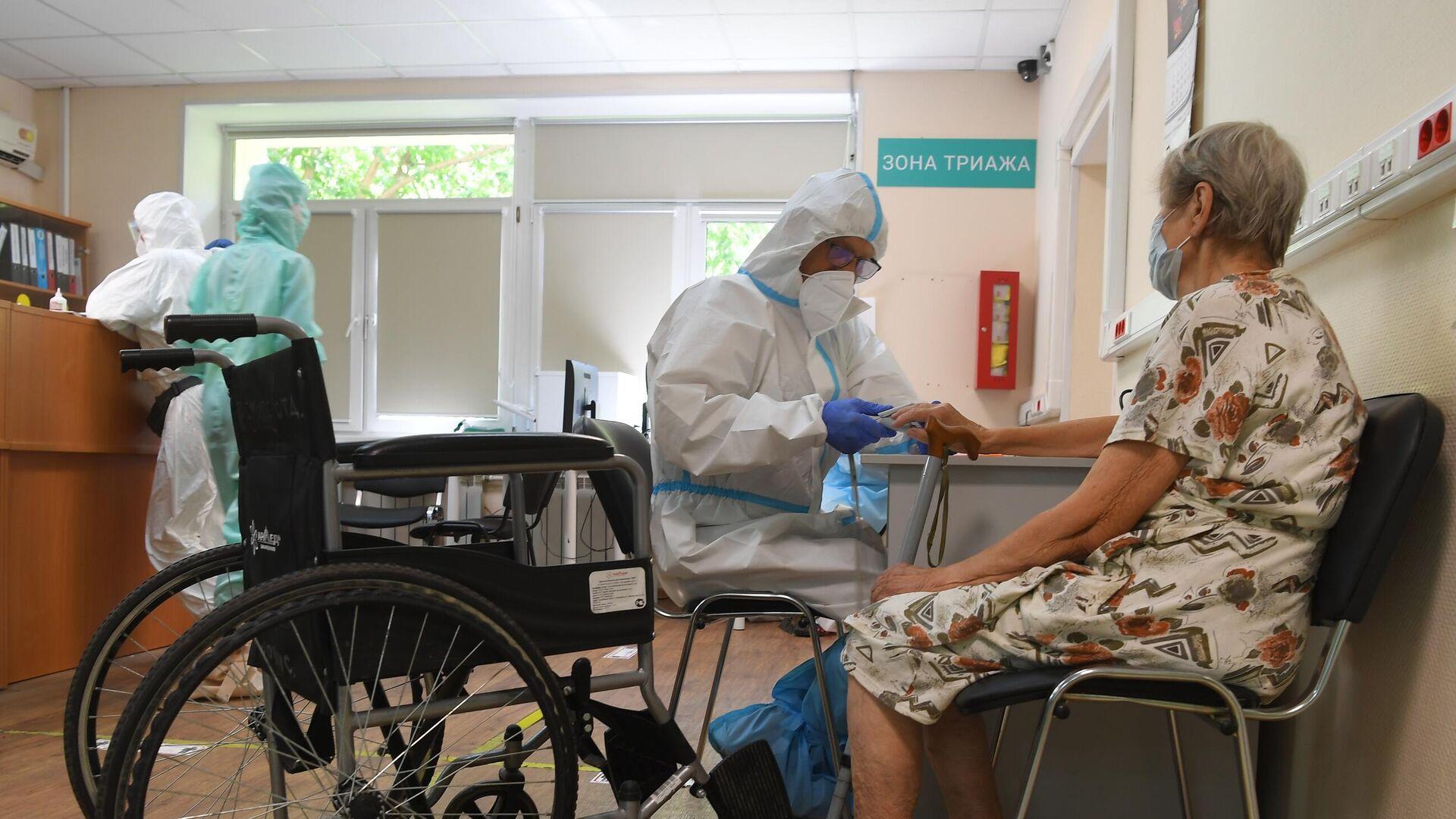 Медицинский работник с пациентом в госпитале COVID-19 в городской клинической больнице № 52 в Москве - РИА Новости, 1920, 28.09.2021