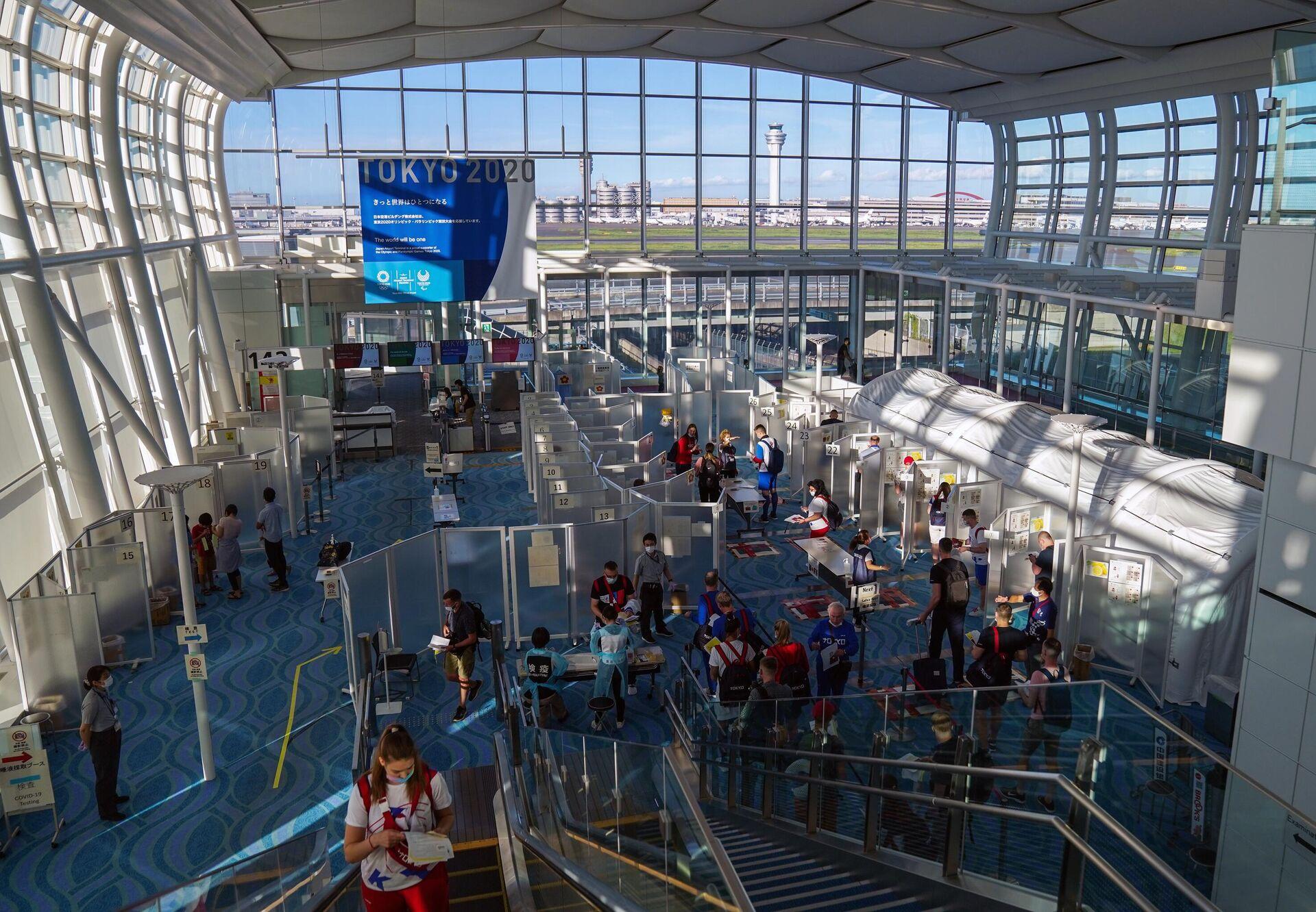 Зона сдачи тестов на Covid-19 в зоне прилета в аэропорту Ханеда в Токио - РИА Новости, 1920, 19.07.2021