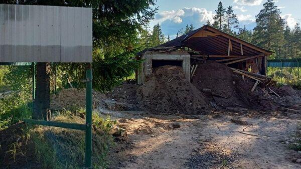 Остатки строений на участке, где была найдена заброшенная частная тюрьма в коттеджном поселке Новый Петербург