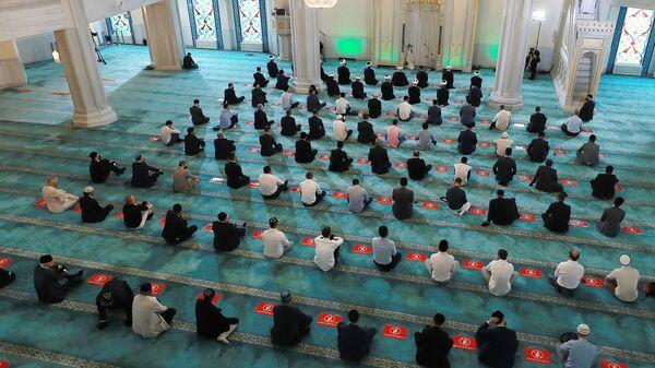 Верующие во время богослужения в честь праздника Курбан-байрам в Московской соборной мечети