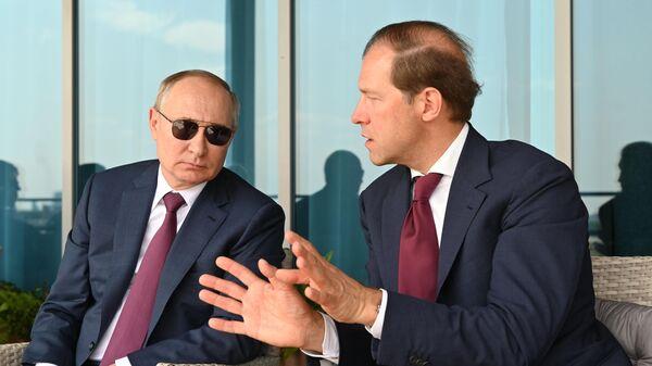 Президент РФ Владимир Путин и министр промышленности и торговли РФ Денис Мантуров (справа) на Международном авиационно-космическом салоне МАКС-202