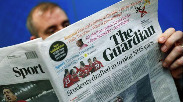 Мужчина читает британскую газету The Guardian