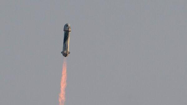 Многоразовый космический корабль New Shepard с Джеффом Безосом на борту во время первого пилотируемого полета