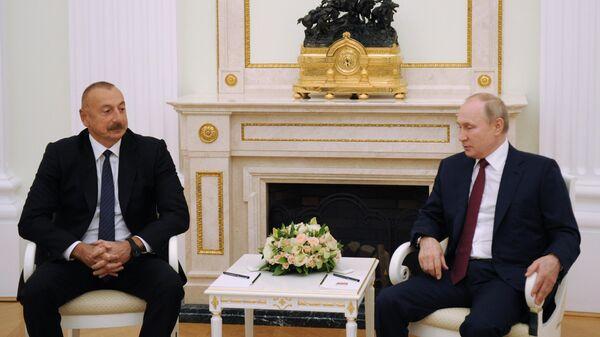 Президент РФ Владимир Путин и президент Азербайджана Ильхам Алиев (слева) во время встречи в Москве