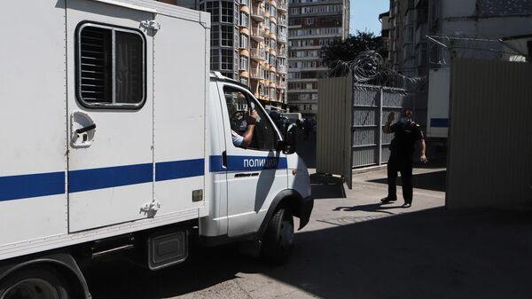 Автозак подъезжает к Ессентукскому городскому суду
