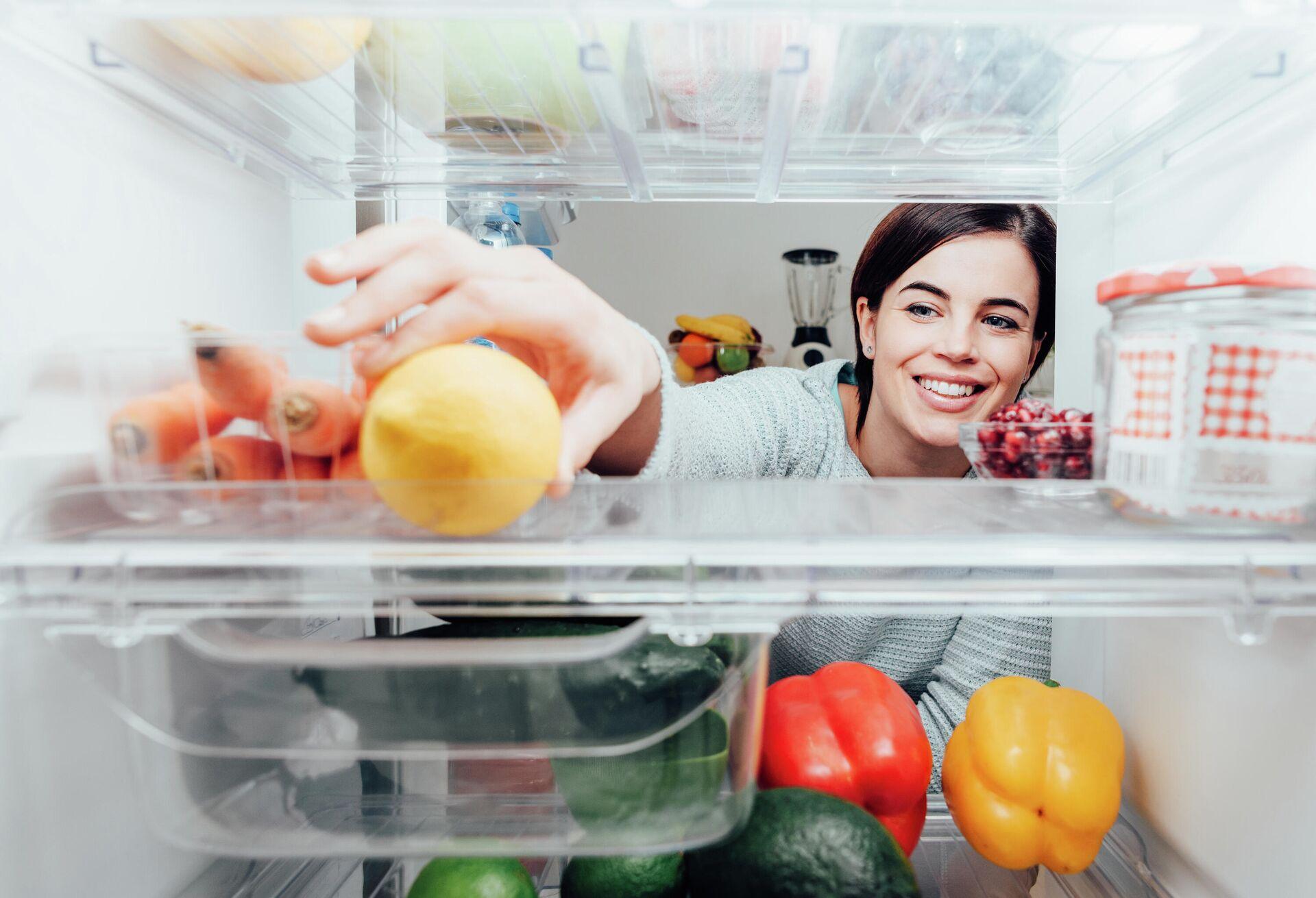 Девушка достаёт лимон из холодильника - РИА Новости, 1920, 16.09.2021