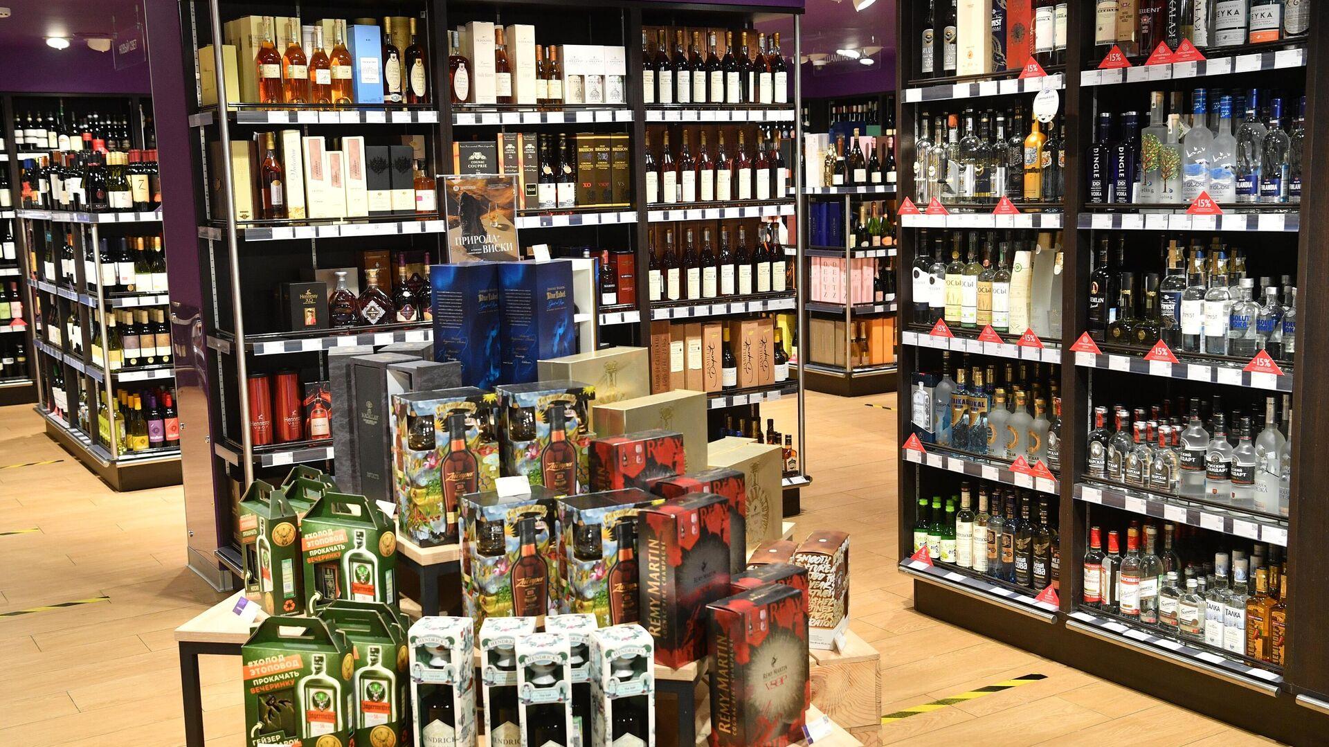 Продажа алкогольной продукции в магазине Азбука Вкуса в Москве - РИА Новости, 1920, 12.08.2021