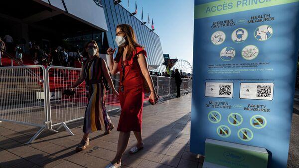 Женщины в защитных масках во время 74-го Каннского кинофестиваля на юге Франции