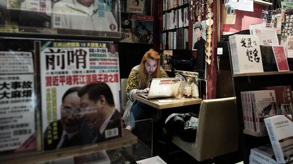Девушка сидит за ноутбуком. Гонконг