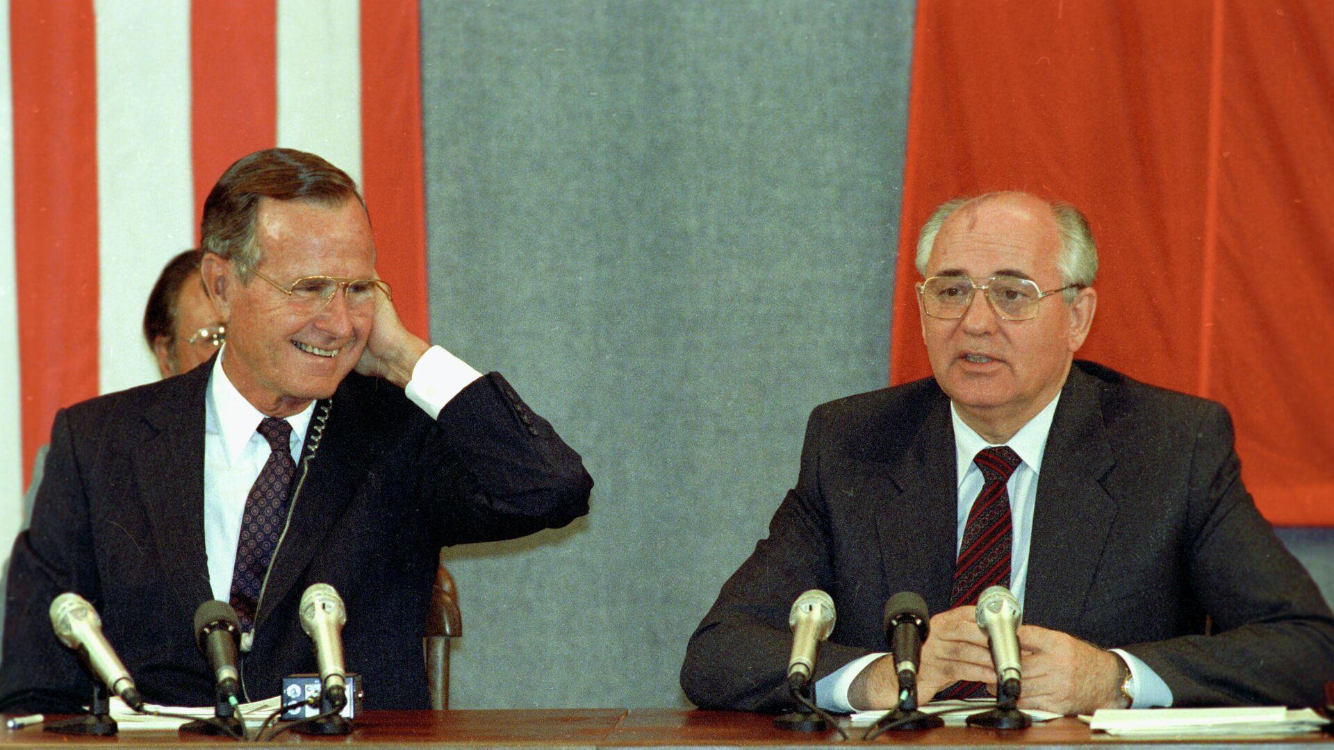 Президент США Джордж Буш и Генеральный секретарь Коммунистической партии Советского Союза Михаил Горбачев после подписания Соглашения СНВ-1 о взаимном устранении стратегическое ядерное оружие двух стран - РИА Новости, 1920, 30.07.2021