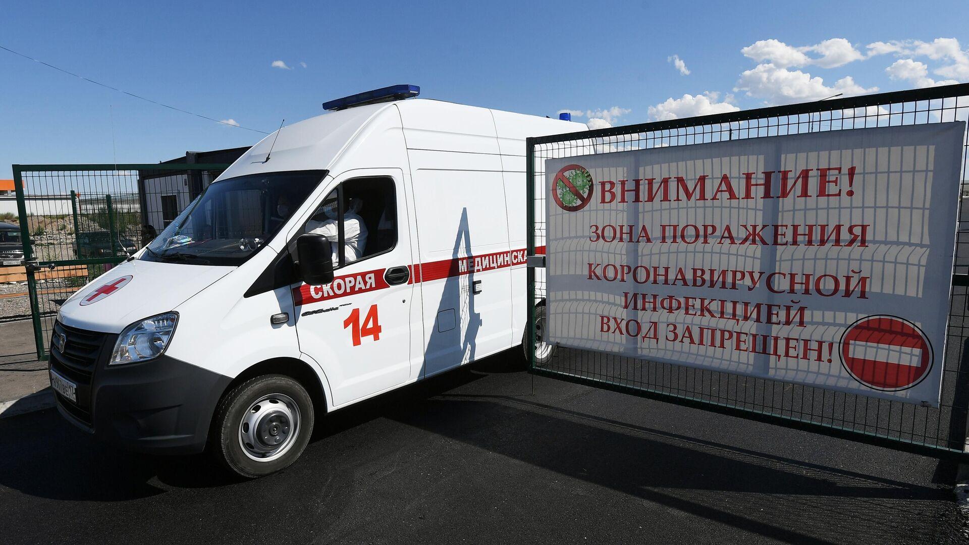 Автомобиль скорой медицинской помощи выезжает с территории многофункционального военного ковид-госпиталя в Кызыле - РИА Новости, 1920, 28.07.2021