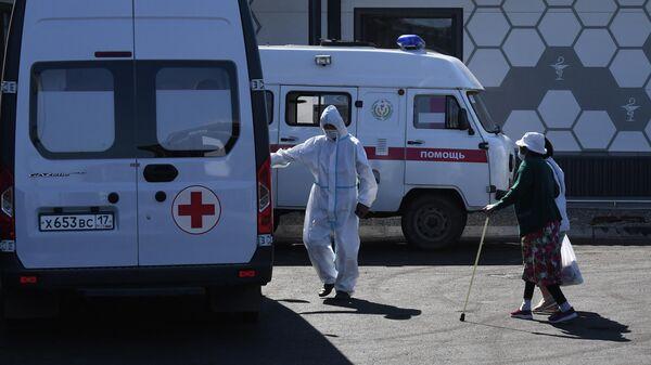 Медицинские работники на территории многофункционального военного ковид-госпиталя в Кызыле