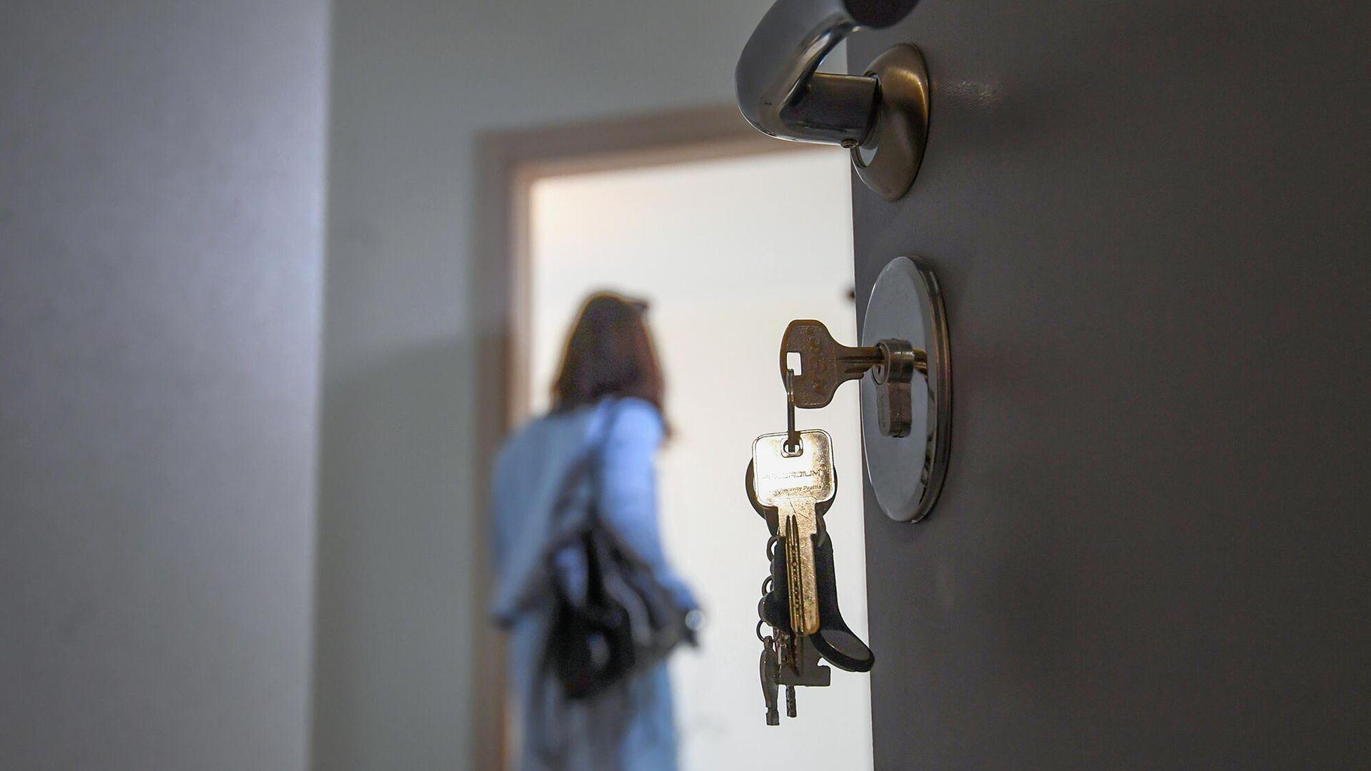 Входная дверь в одной из квартир многоэтажного жилого дома - РИА Новости, 1920, 25.08.2021