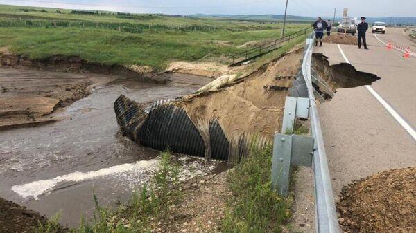 Обрушение дорожного полотна на федеральной трассе Амур в Забайкальском крае в результате паводков