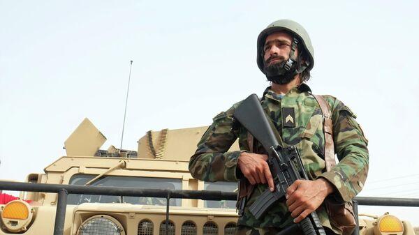 Военнослужащий правительственных войск Афганистана на линии соприкосновения с Талибами*