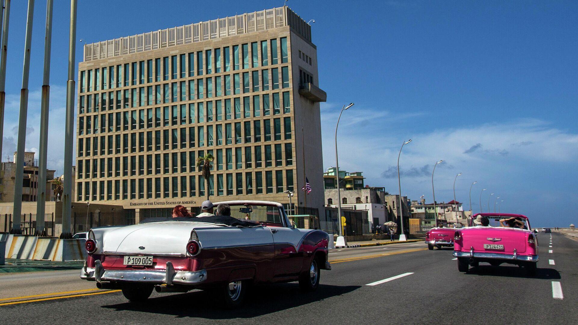 Ретро-автомобили с туристами около посольства США в Гаване, Куба - РИА Новости, 1920, 18.08.2021