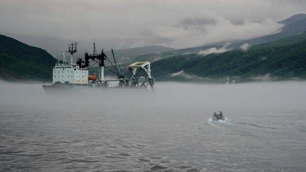 Килекторное судно Тихоокеанского флота на рейде у южной группы Большой гряды Курильских островов
