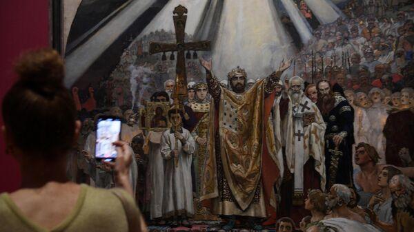 Девушка у картины художника Виктора Васнецова Крещение Руси