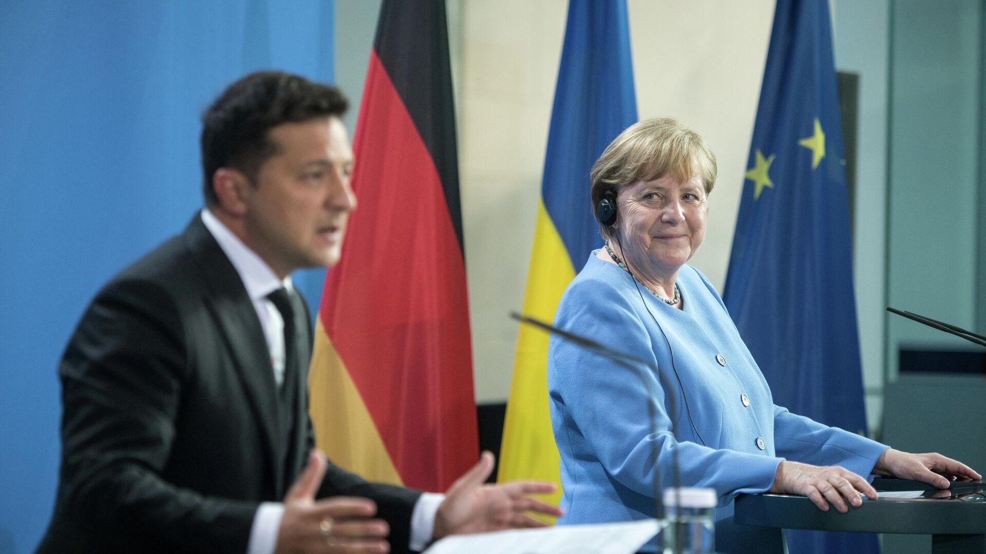 Президент Украины Владимир Зеленский и канцлер Германии Ангела Меркель перед переговорами - РИА Новости, 1920, 25.07.2021