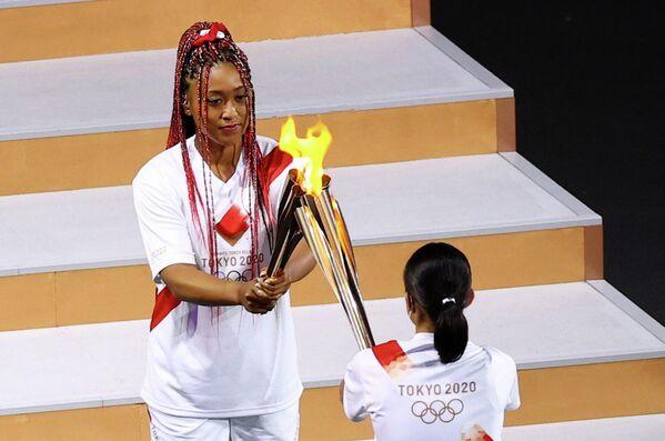 Теннисистка Наоми Осака во время церемонии открытия Олимпийских игр.