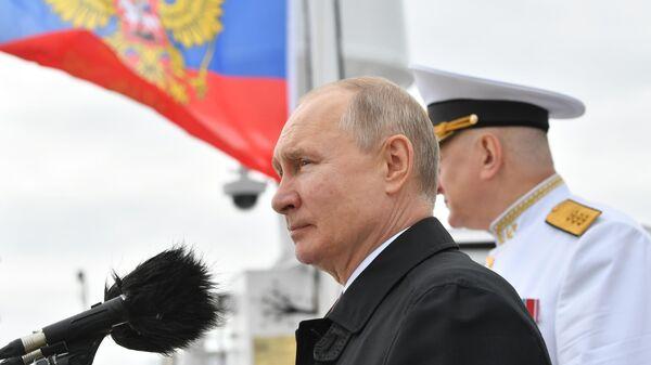 Президент РФ Владимир Путин во время осмотра кораблей в Финском заливе перед началом Главного военно-морского парада по случаю Дня Военно-морского флота РФ