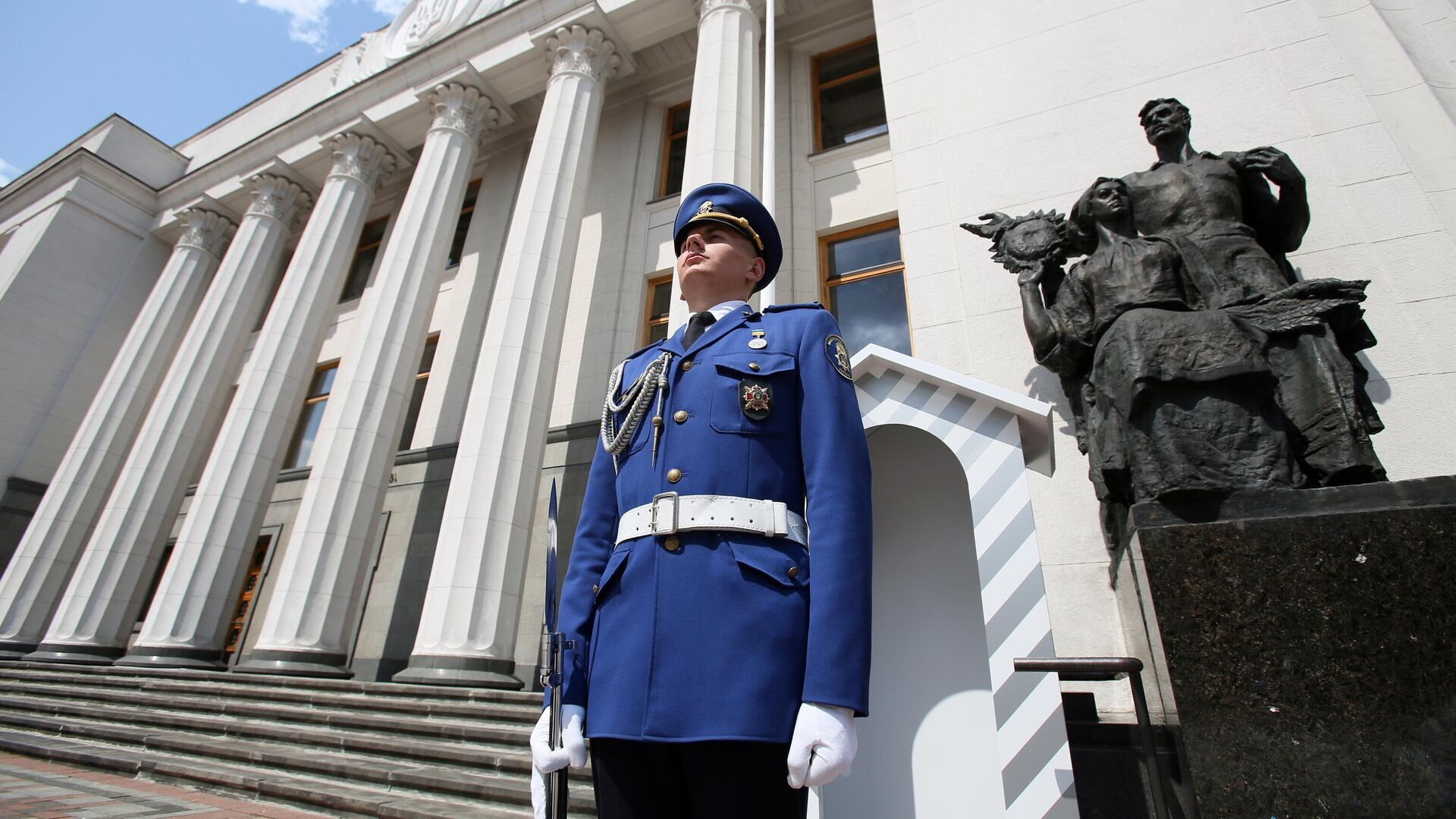 Почетный караул возле здания Верховной рады Украины в Киеве - РИА Новости, 1920, 24.09.2021