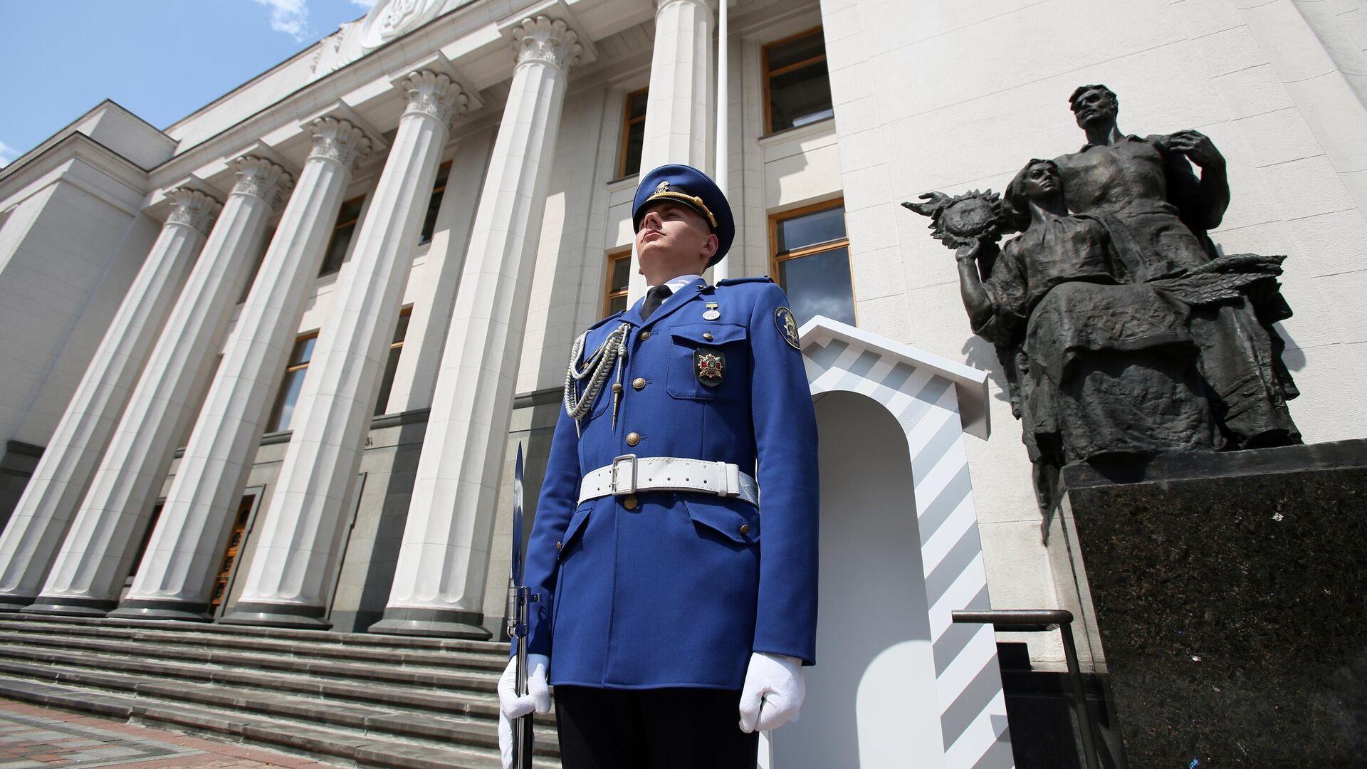 Почетный караул возле здания Верховной рады Украины в Киеве - РИА Новости, 1920, 05.10.2021