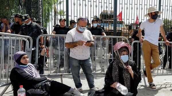 Участники акции протеста у здания парламента в Тунисе