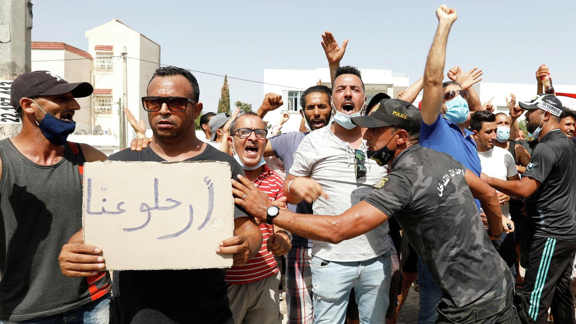 Участники акции протеста у здания парламента в Тунисе - РИА Новости, 1920, 26.07.2021