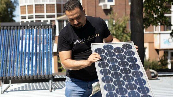 Инженер-исследователь кафедры Атомные станции и возобновляемые источники энергии Насир Алван работает с модифицированной установкой