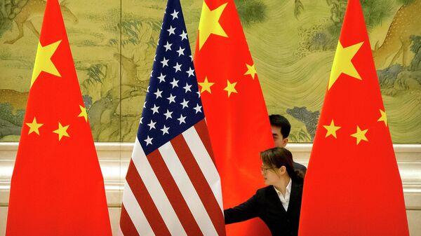 Флаги США и Китая перед открытием китайско-американских торговых переговоров в Пекине