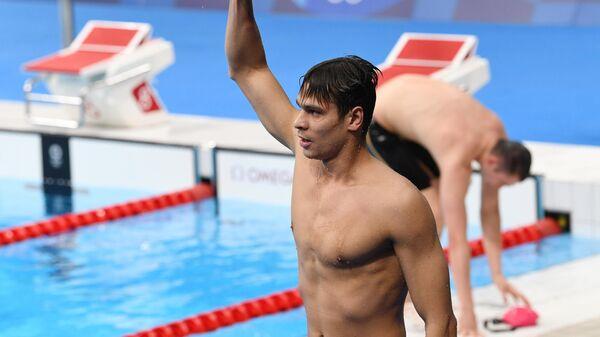 Российский спортсмен, член сборной России (команда ОКР) Евгений Рылов, занявший 1-е место в финальном заплыве на 100 метров на спине среди мужчин на XXXII летних Олимпийских играх.